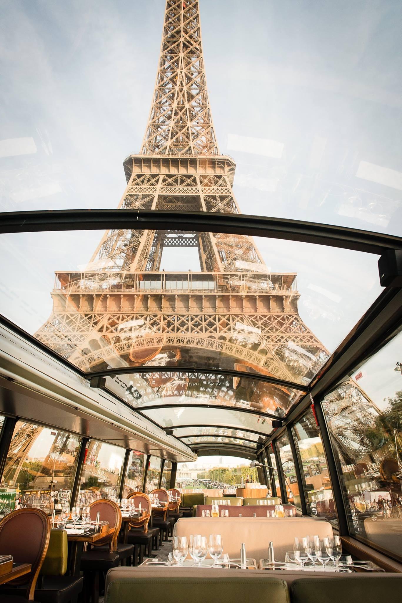 le bustronome mélange culture et gastronomie et permet de visiter les plus beaux monuments de Paris