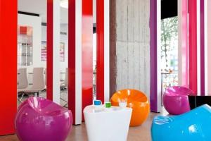 le salon et ses fauteuils colorés