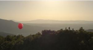 Un périple qui se termine au sommet d'une montagne où le ballon est secouru par une famille
