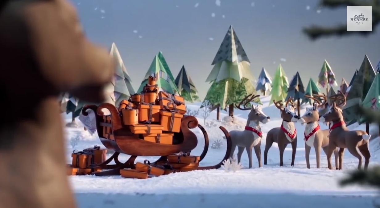 les rennes du père noël accrochés au traineau attendaient de commencer la tournée de cadeaux