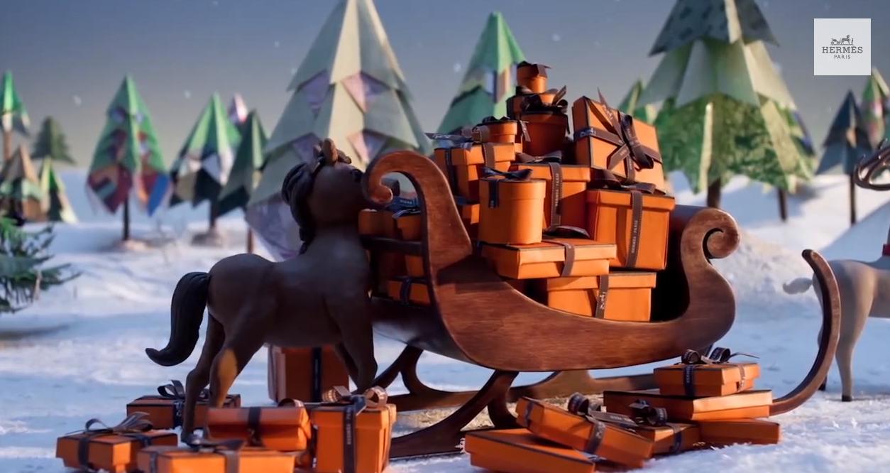 le cheval curieux est allé fouiner dans les cadeaux