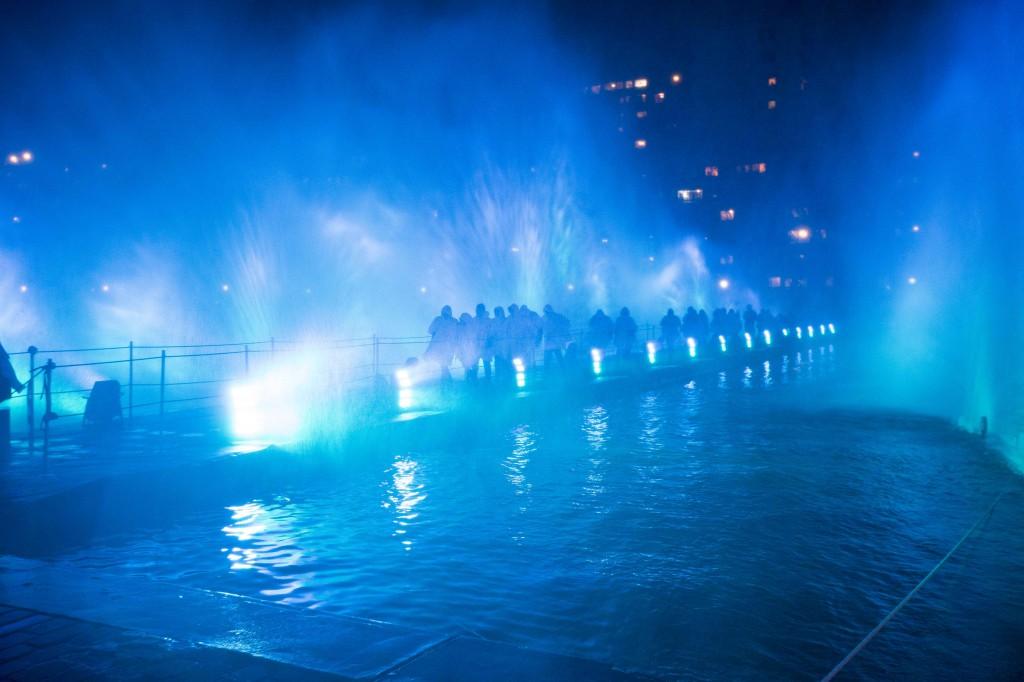 les invités ont traversé le mur d'eau géant tel moïse