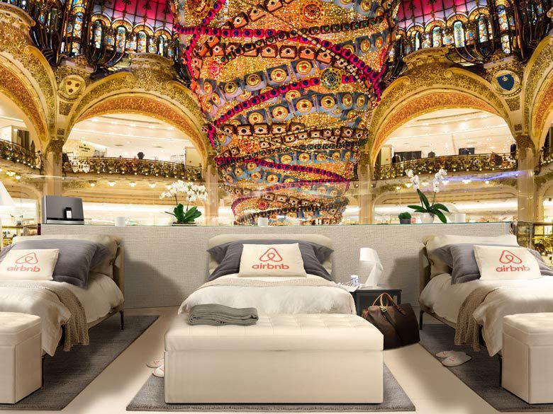 AIRBNB transforme les galeries lafayette en chambre d'hôte le temps d'une nuit avant les soldes