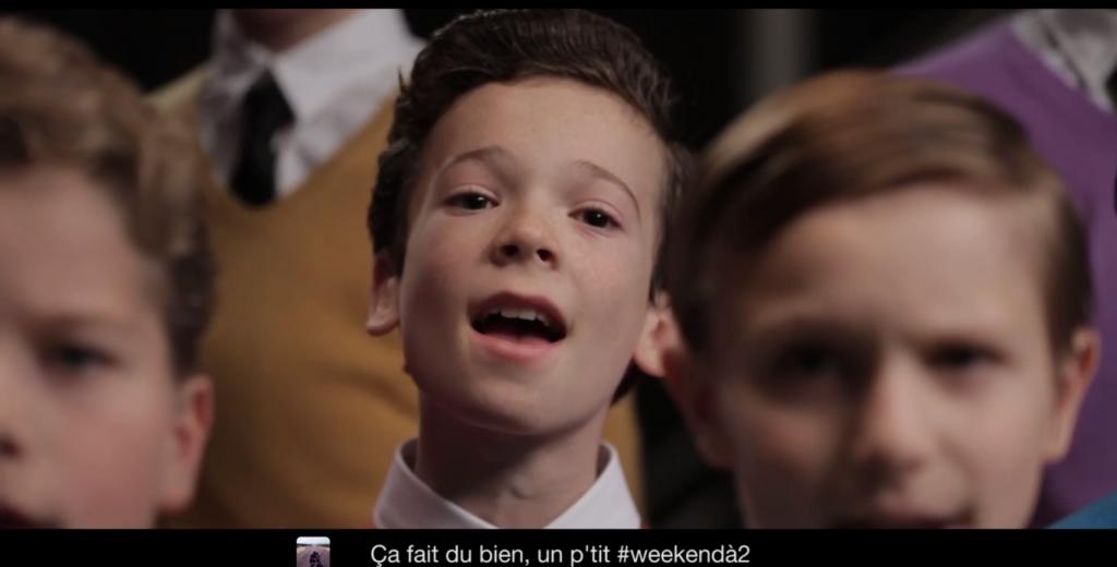 un ensemble de jeune choristes reprennent les meilleurs tweet en chanson