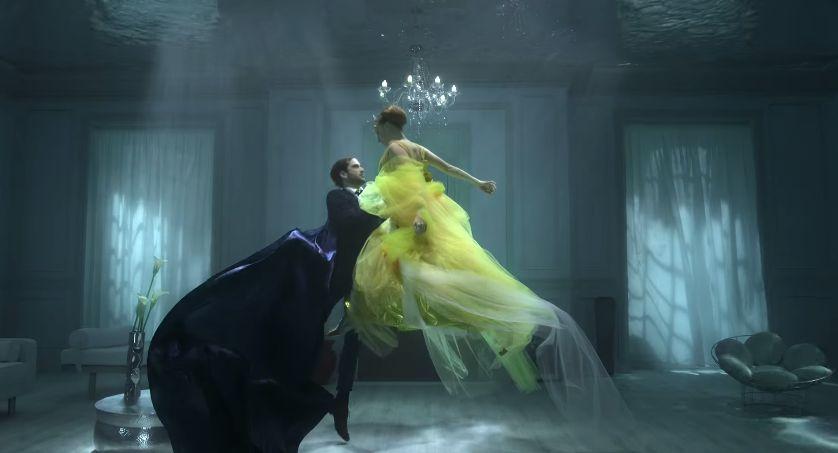 la russie impériale fusionne avec l'earl grey dans un ballet aquatique sensuel