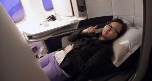les passagers surclassés ont pu découvrir les nouvelles cabines premium air france avec le lit pour s'allonger