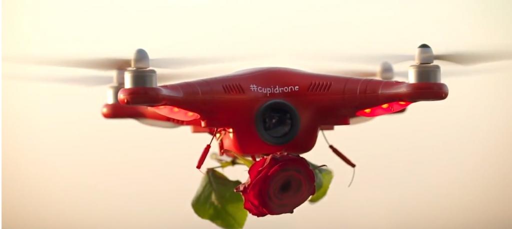 le cupidrone est équipé d'une caméra et détecte les âmes esseulés ou les couples pour lâché une rose rouge