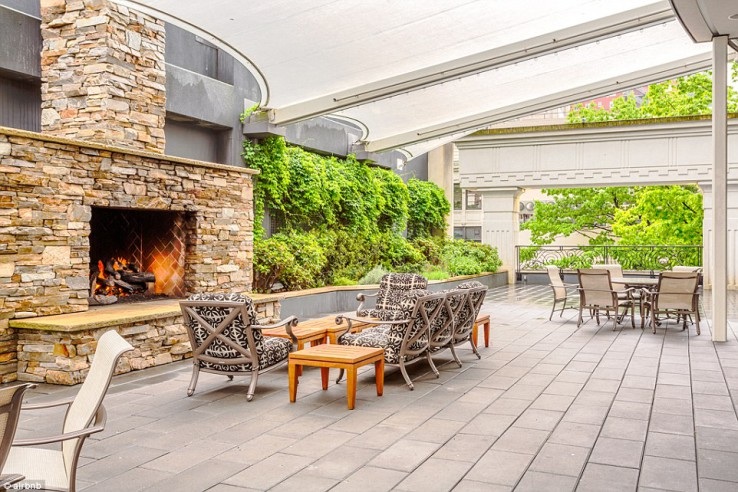 une grande terrasse privative est disponible