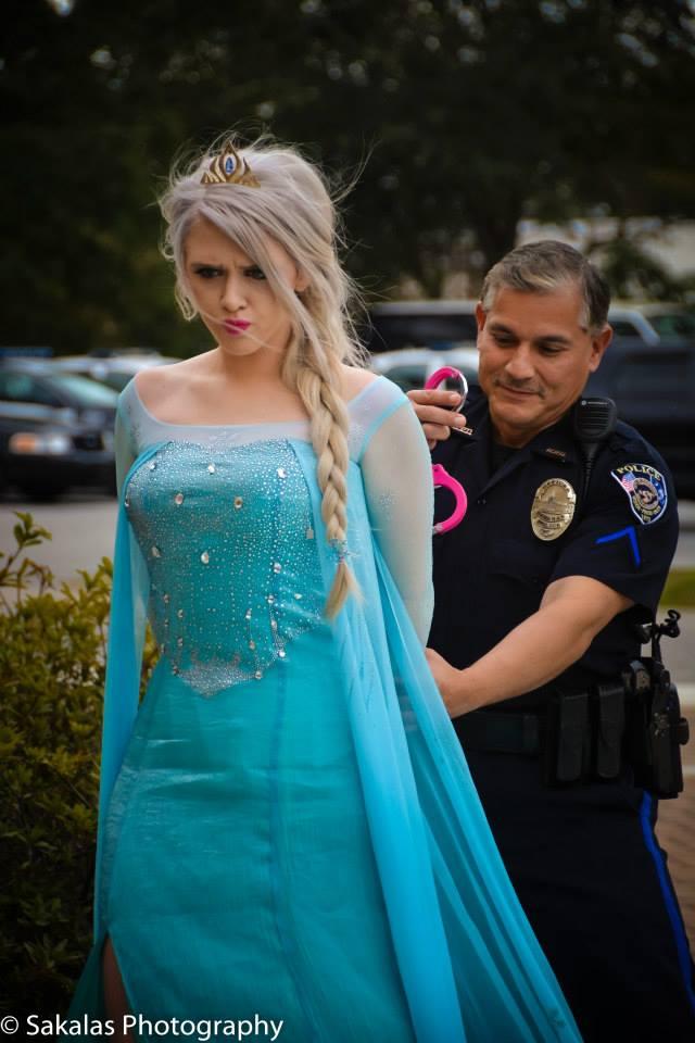 l'officier de police a réussi à lui passer les menottes afin de la stopper