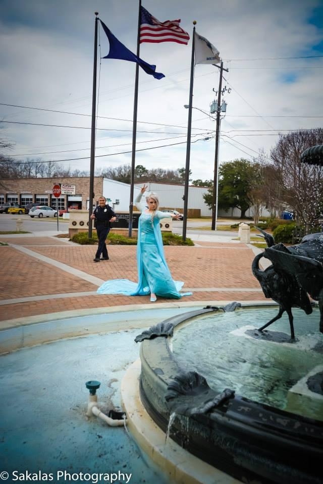 Elsa s'est fait prendre en flagrant délit alors qu'elle allait glacer une fontaine
