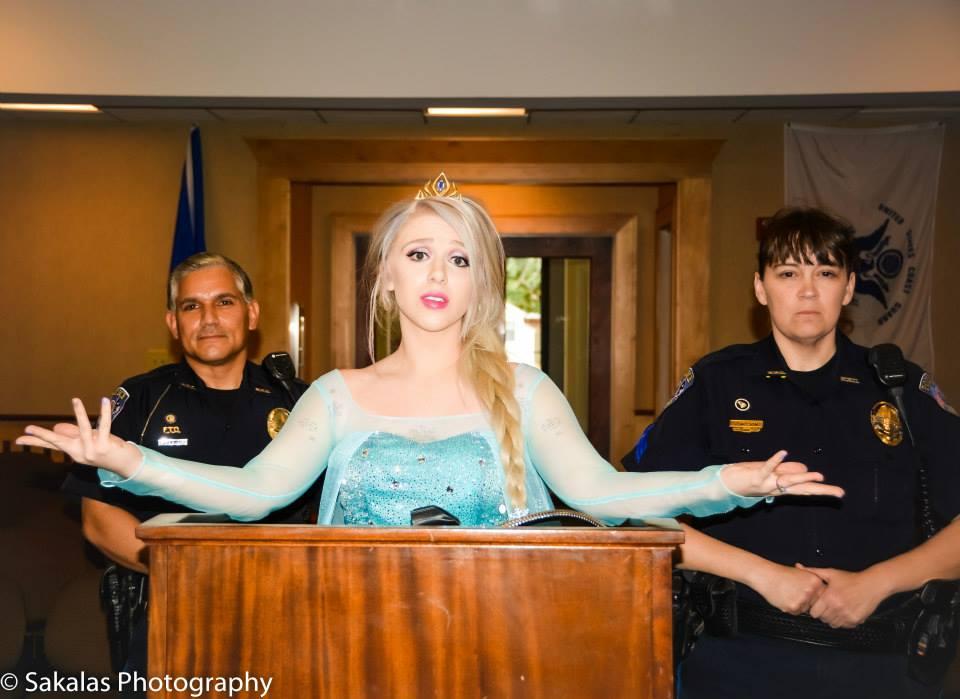 devant le juge, Elsa a promis qu'elle contrôlerait ses pouvoirs et supplié de se faire libérer...