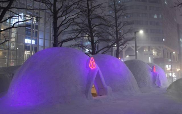 airbnb a profité du Snow Festival au Japon pour mettre en place un logement insolite : un igloo