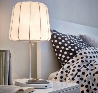 une lampe HomeSmart peut alors recharger votre smartphone sans fil