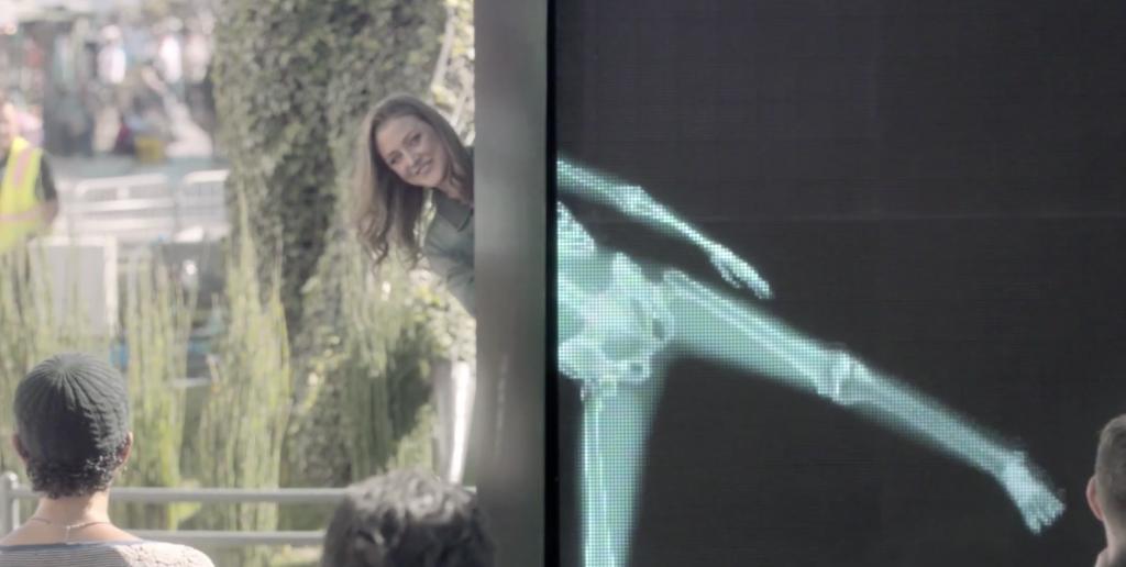 Ad council a installé un écran géant à rayon X pour montrer que l'amour est universel