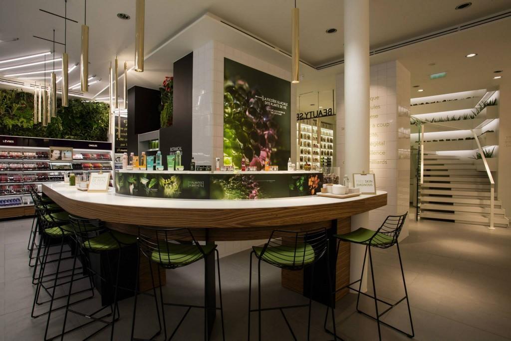 Un Botanical Beauty Bar est installé en plein coeur de la boutique et permet aux clientes de tester le produits tout en dégustant des jus frais