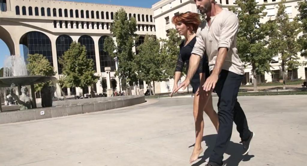 De la place de Théssalie à la rue de l'Ancien Courrier jusqu'à l'esplanade du Peyrou les deux danseurs nous entraînent dans leurs pas de danse