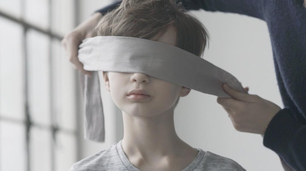 Les yeux bandés, les enfants doivent retrouver leur maman avec leurs mains et leur odorat