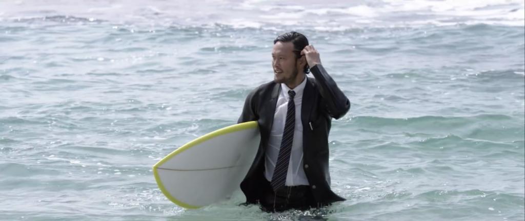 Au Japon, Quiksilver lance True Wetsuit une combinaison de surf à l'allure d'un costume