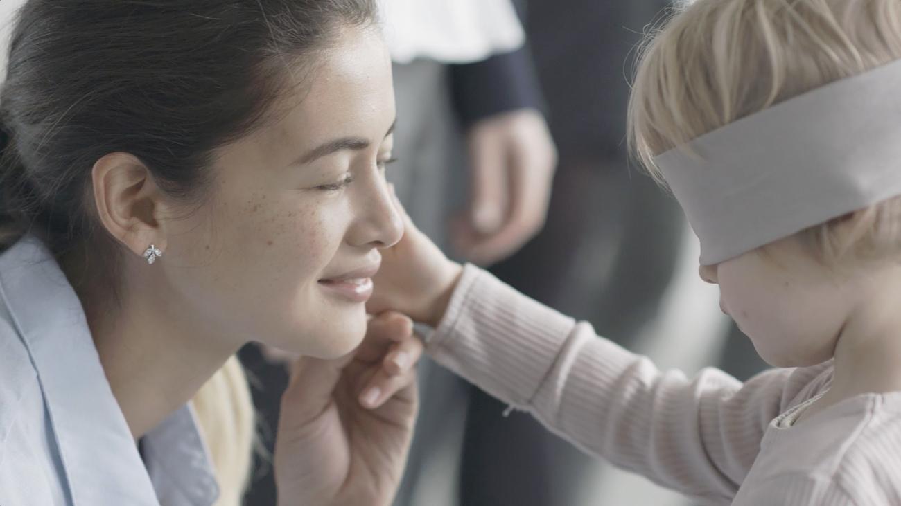 Pandora met en ligne une vidéo émouvante qui met en scène les mamans et leurs enfants