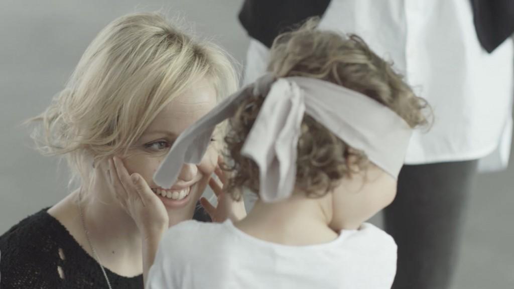 Les enfants partent à la recherche de leurs mamans avec leurs mains et leur odorat