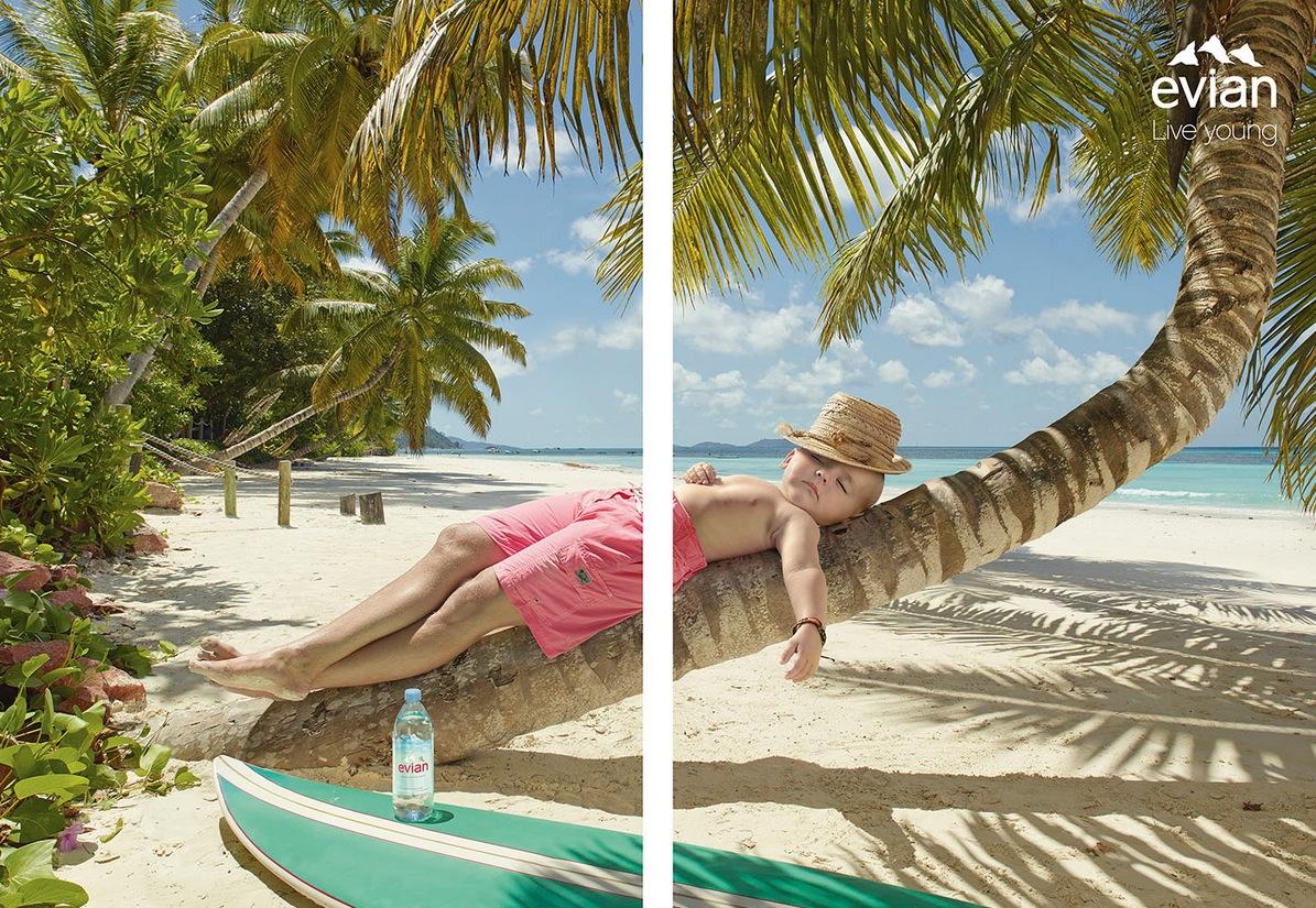 Les bébés Evian se détendent à la plage