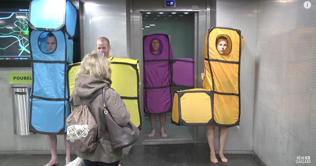Une brique descend de l'ascenseur, prête à s'emboiter aux autres