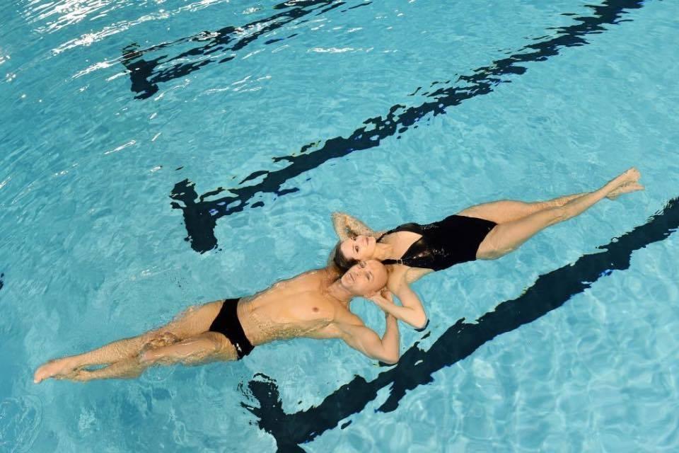 les deux nageurs s'entraînent dur jusqu'au jour j pour travailler leur symbiose et leur émotion