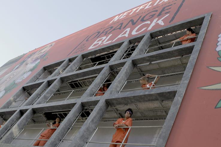 Ubu Bene a mis en place une vraie prison boulevard haussmann en l'honneur de la reprise de la série orange is the new black