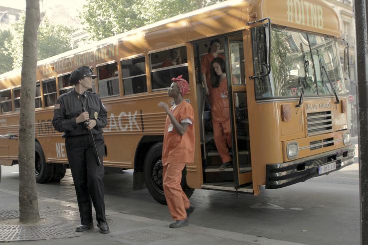 Netflix a poussé la mise en scène encore plus loin en faisant déposer les détenues par un bus aux couleurs de la série