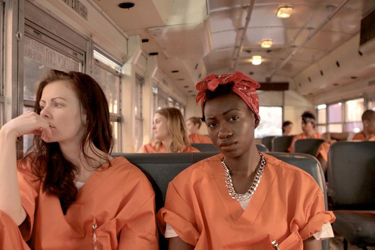 les détenues en tenue Orange, dans le bus