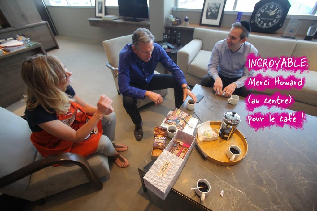 Howard et Charlotte en train de boire leur fameux café à Seattle avec des gourmandises Michel et Augustin