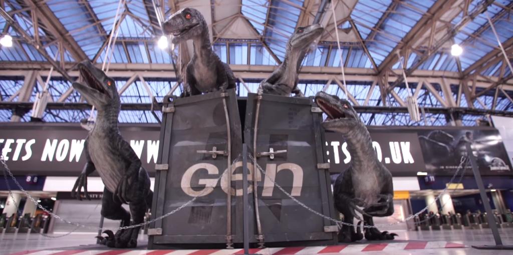 des vélociraptor sont apparus dès le lendemain en plein coeur de la gare pour plonger les passants dans le film jurassic world