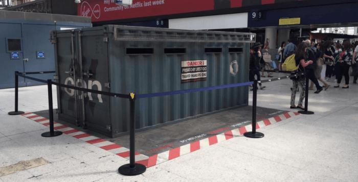 un container étrange a pris place dans la gare waterloo à Londres