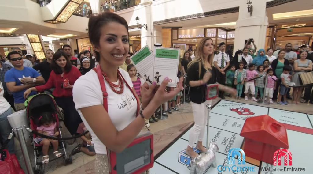 un moment ludique offert par Monopoly aux clients du centre commercial