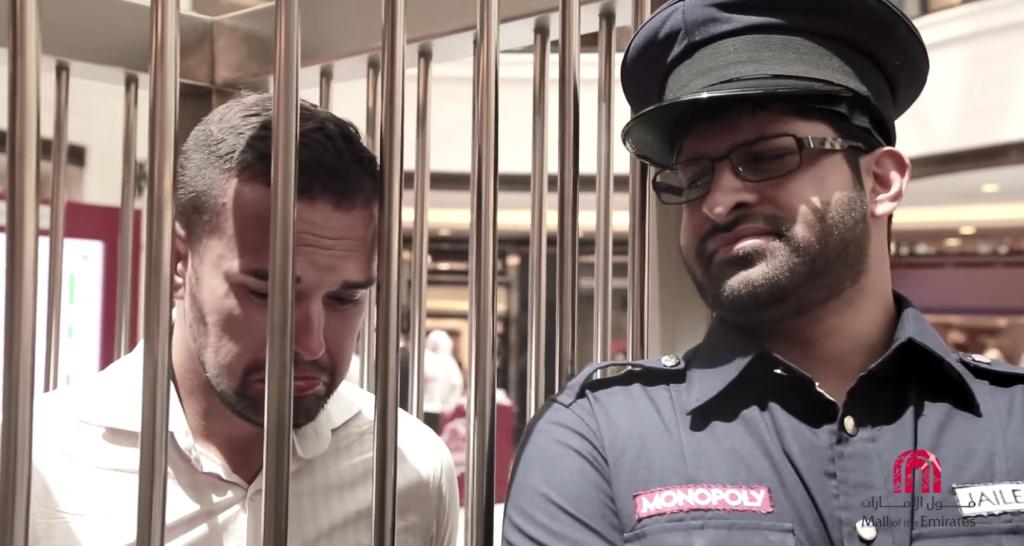 Lorsque les participants passaient pas la case prison, un policier les accompagnait dans un cage !