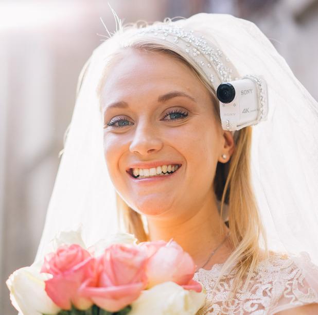 Accroché discretement à un voile,  le Bride's Eye View permet de filmer son mariage à la première personne