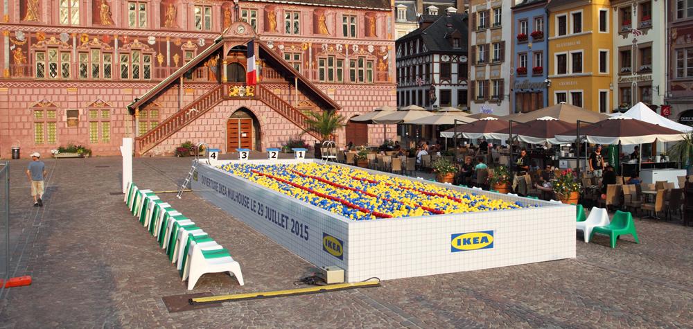 IKEA a fait installer une piscine à boules jaunes et bleues  à Mulhouse