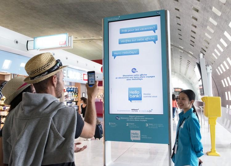 Hello bank! investit les bornes digitales JCDecaux aux aéroports parisiens pour proposer des bons plans aux vacanciers