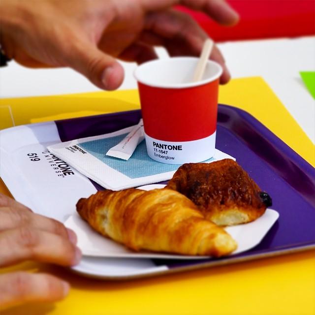 Un café et un croissant couleur Pantone