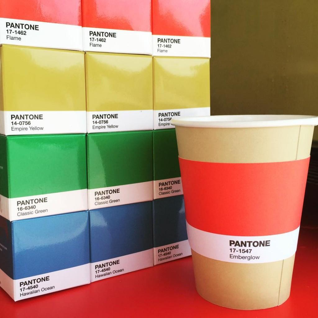 un café éphémère aux couleurs de Pantone s'est installé à Monaco