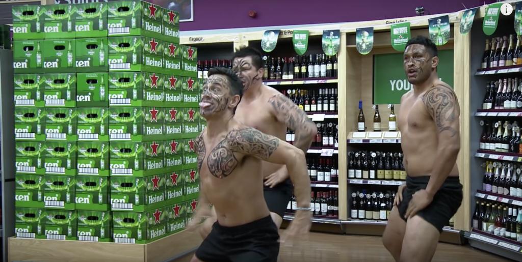 Les trois guerriers ont surpris les clients avec un Haka survolté