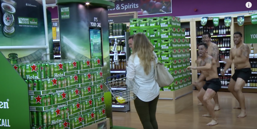 Heineken surprend les clients d'une grande surface avec 3 Maoris
