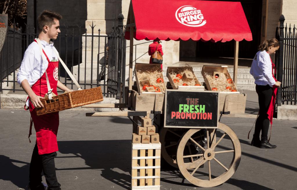 Burger King distribue des tomates devant ses restaurants pour faire la promotion de leur fraicheur
