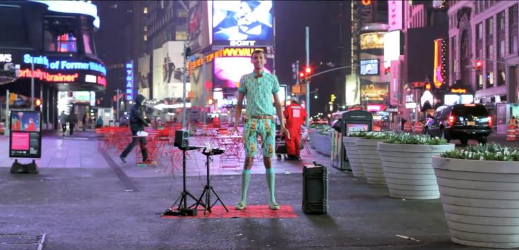 Stromae prépare son concert new-yorkais avec une vidéo exceptionnelle où il se met en scène sur Time Square sur Papaoutai
