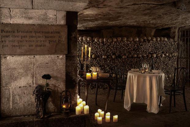 Après avoir écouté l'histoire des lieux, vous dînerait sous terre en profitant d'un concert privé