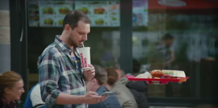 Burger king imagine le hovertray, le plateau volant qui permet de manger debout