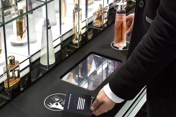 Les puces NFC permettent aussi d'obtenir des informations sur les produits en plus des les ajouter au panier virtuel