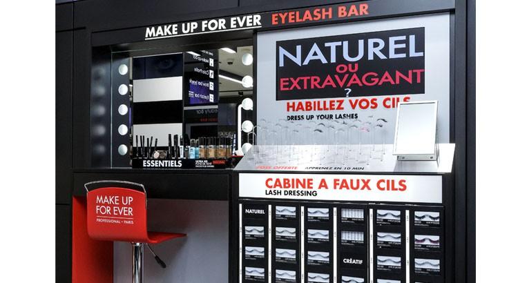 Un beauty bar offre différents services beauté durant le shopping comme un bar à maquillage ou encore un bar à faux cils