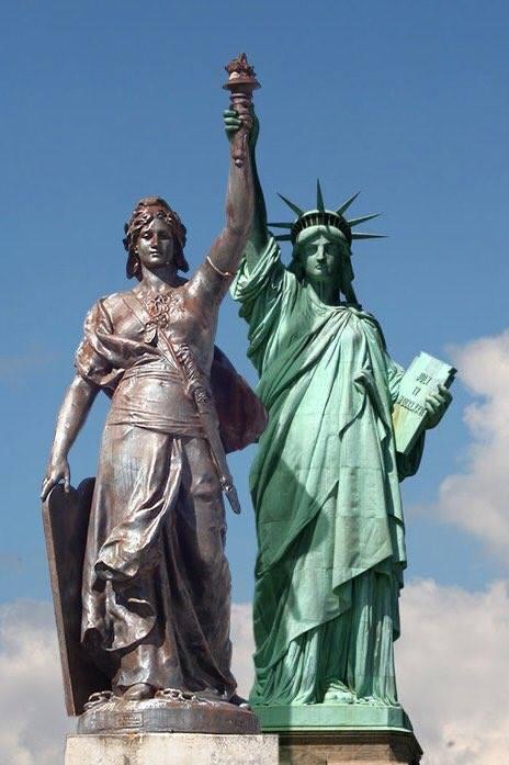 Marianne et la Statue de la Liberté main dans la main