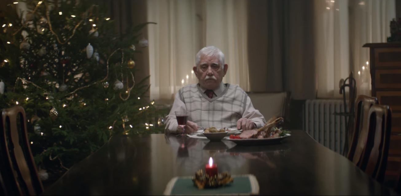 Edeka donne une belle leçon de vie avec sa publicité de Noël mettant en scène l'isolement d'un vieux monsieur délaissé par ses enfants
